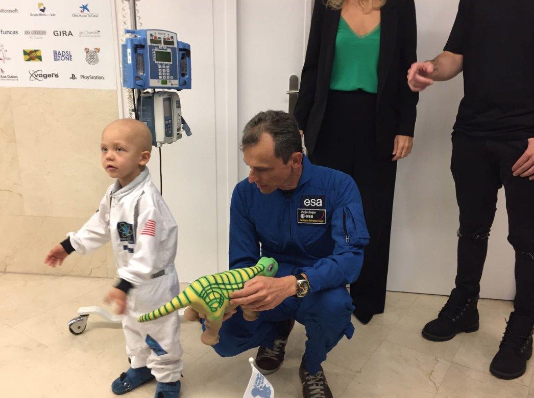 El Ministro de Ciencia, Innovación y Universidades, Pedro Duque, visitó la estación lunar de JuegaTerapia.