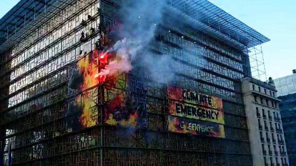 """Activistas de Greenpeace """"incendian"""" la reunión de líderes de la UE en Bruselas para denunciar la emergencia climática"""